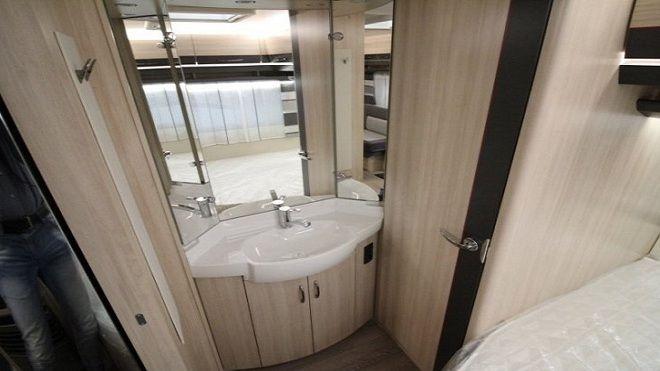 Rulota Hobby 460 UFe-cabina-toaleta